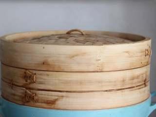 宝宝辅食:南瓜馒头,如果是用笼屉或者蒸锅蒸,一般发到25分钟开始可以烧水。等水烧开以后直接上锅蒸,大约需要蒸12-15分钟。蒸好以后要关火焖3分钟左右才可以哦。