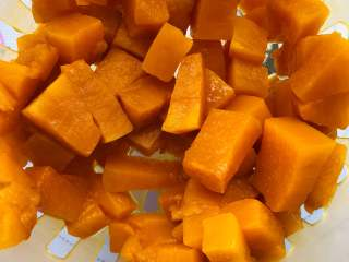 宝宝辅食:南瓜馒头,南瓜泥蒸熟以后放凉备用