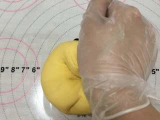 宝宝辅食:南瓜馒头,一般可以用手掌根部去揉面团。