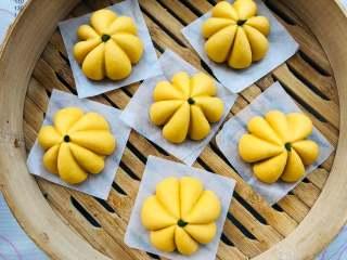 宝宝辅食:南瓜馒头,上锅蒸之前,用一些菠菜汁加些干的面粉混合,做南瓜的小细节,根部的造型。