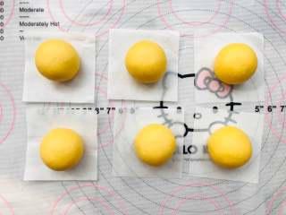 宝宝辅食:南瓜馒头,等分6份,单个整圆,光滑的一面朝上