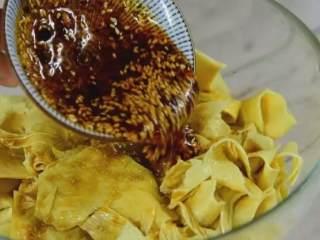 凉拌豆皮,加入盐、糖、鸡精、酱油、醋、辣椒油、花椒、葱蒜