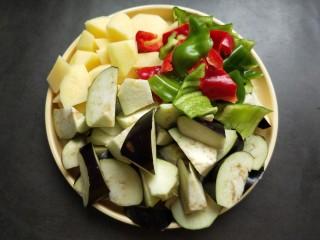 鱼香地三鲜,茄子,土豆切滚刀,辣椒切块。