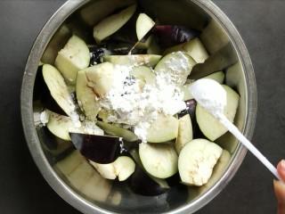鱼香地三鲜,茄子放两勺淀粉,抓拌均匀。