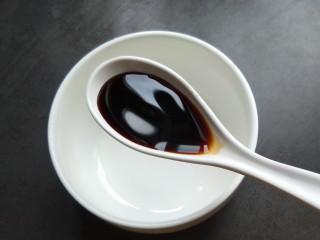 鱼香地三鲜,做一个鱼香汁:碗内放两勺生抽。
