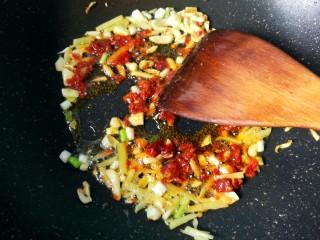 鱼香地三鲜,放一勺豆瓣酱炒出红油。