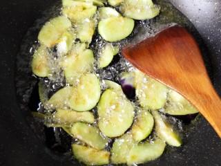 鱼香地三鲜,放入茄子,大火炸软捞出。