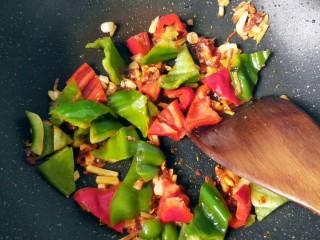 鱼香地三鲜,放辣椒翻炒。