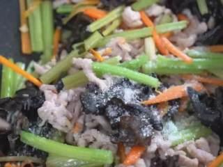 芹菜木耳炒肉丝怎样炒出来更营养美味,试试这种做法色味俱佳,撒入盐、糖,炒匀出锅