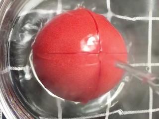 酸辣汤,<a style='color:red;display:inline-block;' href='/shicai/ 3551/'>西红柿</a>上面划十字刀,用开水烫掉外皮
