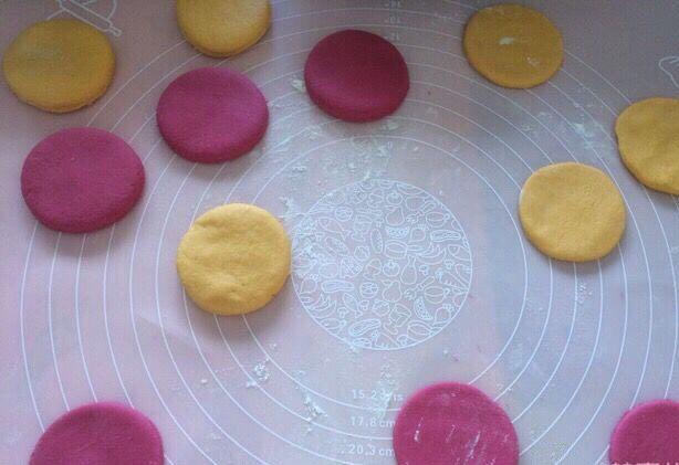 不一样的撞色糯米饼,将两种颜色面团分别用擀面杖擀出一薄一厚的面皮,圆形模具压出圆饼;
