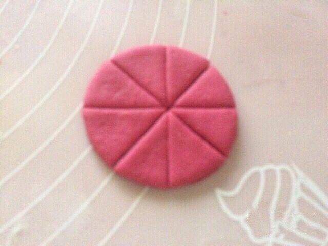 不一样的撞色糯米饼,薄的圆饼面片用刀划米字成8片;