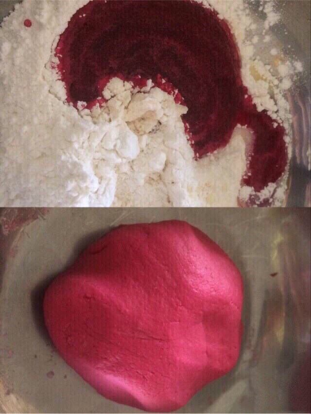不一样的撞色糯米饼,剩下糯米粉中加1勺炼奶,再慢慢倒入甜菜根汁,边倒边搅拌,同样用手揉成面团;