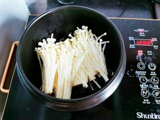停不下来的花甲粉丝煲,放入金针菇