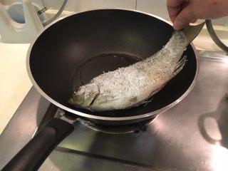 红烧鲫鱼,动作轻一点蛤,然后静置3分钟不动
