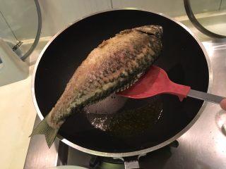 红烧鲫鱼,捞起备用