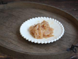 鹅蛋鸡肉炒蒜苔,将所放入的调料抓均,抓至有粘性,腌制10分钟备用。