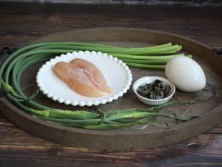 鹅蛋鸡肉炒蒜苔,准备好食材:鹅蛋、鸡小胸肉、蒜苔、木耳、彩椒。
