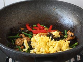 鹅蛋鸡肉炒蒜苔,放入提前炒好的鹅蛋,翻炒均匀。