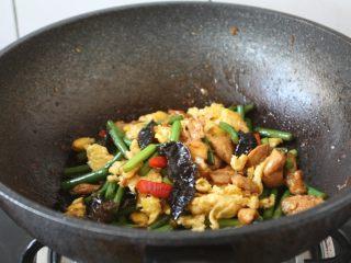 鹅蛋鸡肉炒蒜苔,滴入1小勺的花椒油增味。