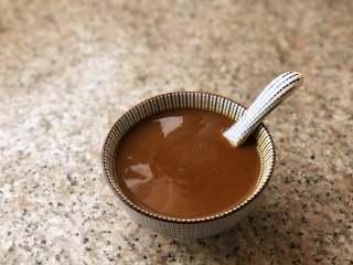 自制炸酱面,甜面酱和黄豆酱加小半碗清水混合在一起备用。