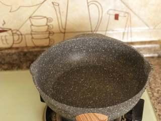 自制炸酱面,炒锅烧热。倒入比平时炒菜多2倍的油。
