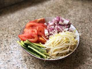 自制炸酱面,黄瓜切丝,洋葱切丁,番茄切片,绿豆芽提前用热水烫一下,断生。