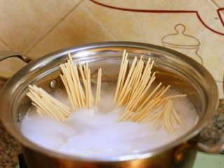 自制炸酱面,烧水煮面。 这款挂面是发酵空心挂面,很容易煮熟,但是也非常耐煮,根据个人口味来煮面条,喜欢硬一点的就少煮一会儿,喜欢软一点的面条就多煮一会儿。