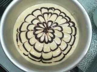 拉花半熟芝士蛋糕,用牙签从外往圆点划一下,围着圈画成花型。