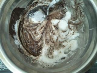 拉花半熟芝士蛋糕,稍微放凉后放入蛋白混合均匀。