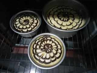 拉花半熟芝士蛋糕,放入预热好的150度烤箱,烤盘中放入水,用水谷法烤二十分钟。烤箱温度根据自家的调节。