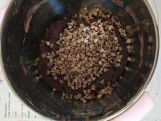 巧克力爆浆曲奇,5倒入巧克力豆,搅拌均匀