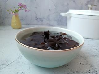 香菇土鸡汤,黑木耳加适量的清水提前泡发好。