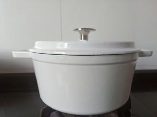 香菇土鸡汤,土鸡放入珐琅锅,加点生姜片,加满清水开大火煮开。