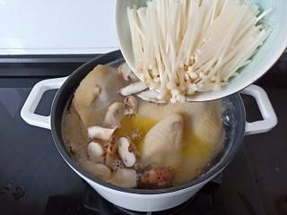 香菇土鸡汤,金针菇也一起加入。