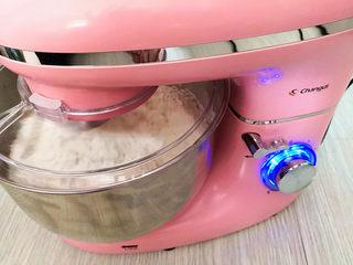 好吃的吐司,将黄油室隔水融化成液体,再把淡奶油、蛋白、牛奶和黄油倒入厨师机里,再加入糖和高筋面粉,最后放入酵母,用厨师机和成面团,