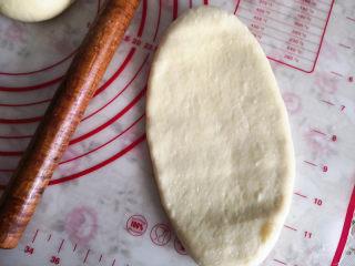 好吃的吐司,之后取出面团将其分割成相等的两份,每份再分成三份,因为这是两个450克吐司的量,也就是说可以做成两个吐司,排气后滚圆静置15分钟,