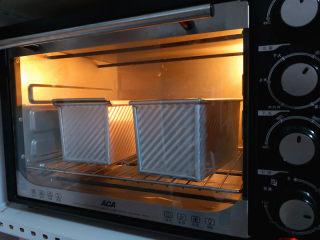 好吃的吐司,烤箱预热,180度,一个盖上吐司盖,一个烤10分钟后加盖锡,最下层,一共烤了40分钟,出炉晾凉就可以密封保存了。
