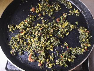 鸡蛋饼,平底锅里放入适量的油,先把拌好的救心菜放进去翻炒一下,将其炒熟盛出,
