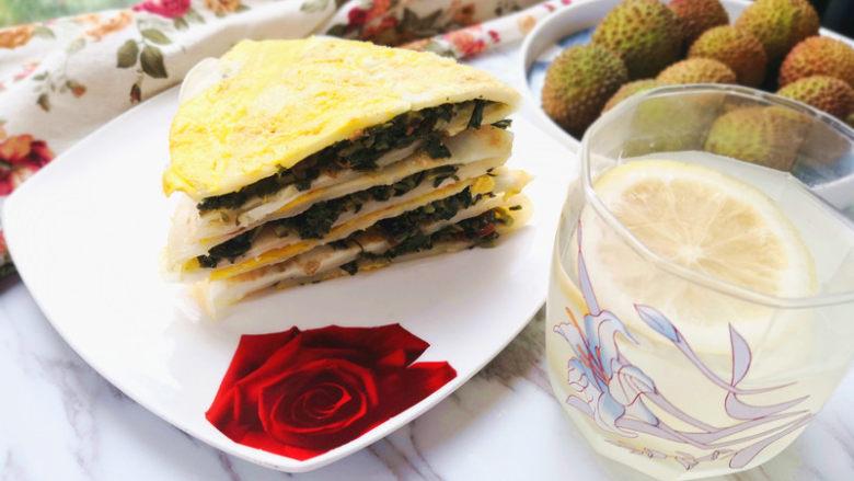 鸡蛋饼,将鸡蛋饼折叠,切成你喜欢的样子,就可以慢慢享用了。