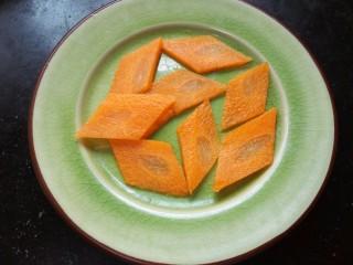 青椒洋葱炒鱿鱼圈,胡萝卜洗净切成菱形备用