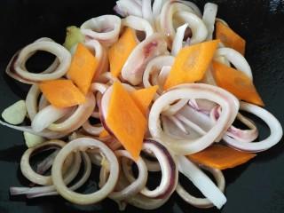 青椒洋葱炒鱿鱼圈,过一会之后加胡萝卜一同翻炒