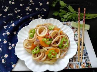 青椒洋葱炒鱿鱼圈,拍上成品图,一道美味又营养的青椒洋葱炒鱿鱼圈就完成了。