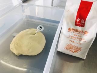 奶香吐司面包,取出放置室温醒发松弛30min;