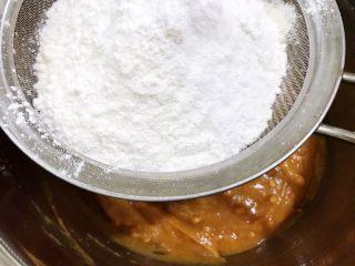 茶点——花生小酥饼,筛入低筋面粉和泡打粉