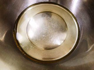 茶点——花生小酥饼,盆里加入玉米油