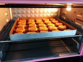 茶点——花生小酥饼,放入预热好的烤箱中层180度烤18到20分钟左右