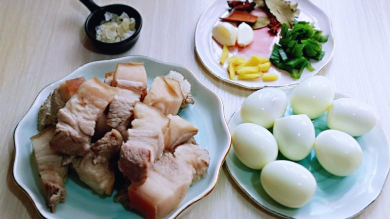 红烧肉焖蛋,准备好香料,鸡蛋去皮,用水果刀轻轻的在蛋上划两条,不要太深。