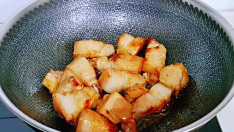 红烧肉焖蛋,加入焯水的五花肉小火煸炒,炒制五花肉微黄。
