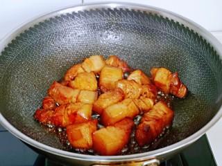 红烧肉焖蛋,小火炒均匀,使五花肉均匀吸收酱汁。